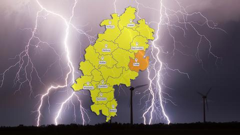 Symbolbild: Unwetterkarte, im Hintergrund Blitze bei einem nächtlichen Gewitter (Collage)