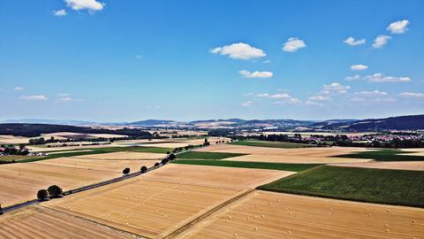 """""""So sieht der Sommer im Schwalm-Eder-Kreis aus"""". Die Sommeridylle mit Blick auf die goldgelben Felder, mit weitem Blick aus der Luft, hat Jörg Döringer aus Schwalmstadt mit seiner Fotodrohne fotografiert."""
