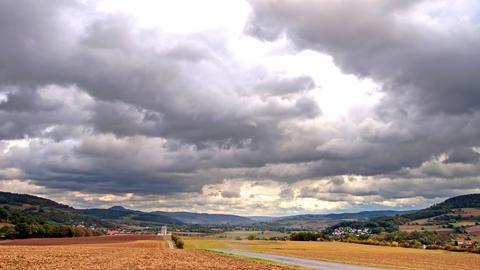 """""""Momentan zeigt sich das Wetter so richtig der Jahreszeit angemessen herbstlich: stürmische Böen, immer mal Regen ,und überwiegend ist der Himmel mit einer dicken Wolkendecke aller """"Grauschattierungen"""" bedeckt"""". Das Foto schickte uns Renate Maurer aus Morschen."""