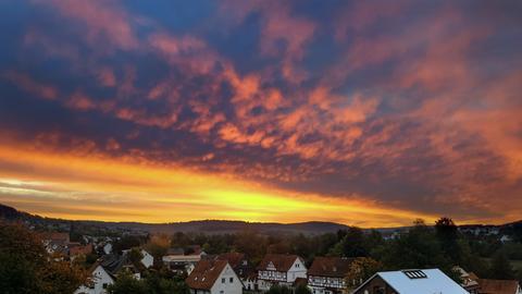 """""""Das Foto zeigt den farbenfrohen Himmel über meiner Heimatstadt Homberg (Efze)"""", schreibt uns Nutzer Markus Shakals zu seinem Wetterbild."""