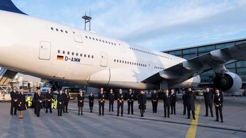 Die Crew des Flugs LH773 steht nach der Landung in Frankfurt vor dem Airbus A380.