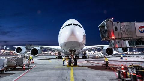 Der Airbus mit der Flugnummer LH773 steht am Terminal in Frankfurt. Es war die vorerst letzte Landung eines A380 von der Lufthansa.