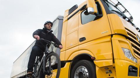 Immer wieder passieren schwere Fahrrad-Unfälle mit abbiegenden Lastwagen. Ein Abbiegeassistent kann helfen.