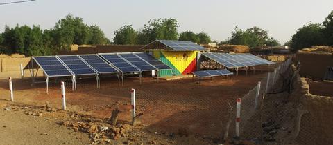 Container mit Solarmodulen von Africa Green Tec in einem Dorf in Mali
