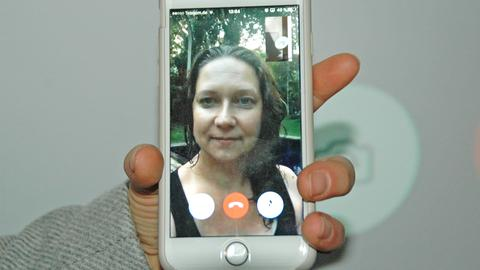 ARD-Themenwoche Agentur be a part Mitarbeiterin am Smartphone