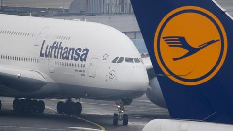 Ein Airbus A380-800 der Lufthansa am Frankfurter Flughafen