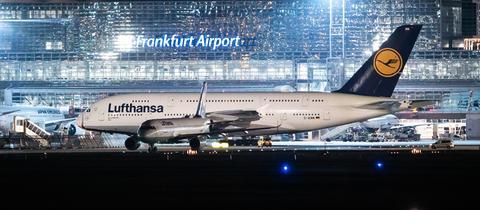Ein Airbus A380 der Lufthansa auf dem Vorfeld am Frankfurter Flughafen.