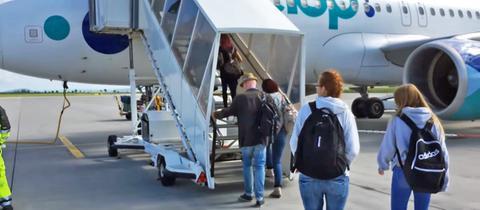 Fluggäste besteigen eine Maschine am Kassel Airport