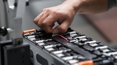 Ein Mitarbeiter arbeitet bei Akasol in Langen an einer unfertigen Batterie.