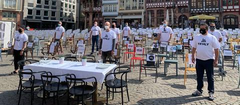 Mit 1.000 leeren Stühlen machten Gastwirte auf dem Römerberg auf ihre finanzielle Not aufmerksam.