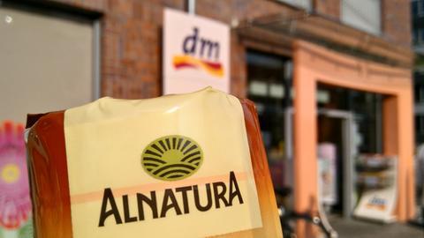 Alnatura-Produkt vor einer dm-Filiale