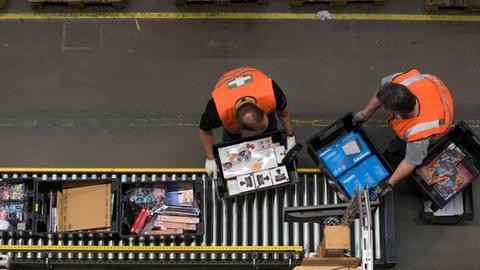 Beschäftigte im Amazon-Lager bei der Arbeit