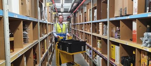 Der neue Standortleiter Matthias Franz steht in einem Warenlager von Amazon in Bad Hersfeld