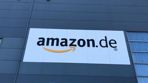 ein Amazon-Schriftzug auf der Außenfassade des Warenlagers