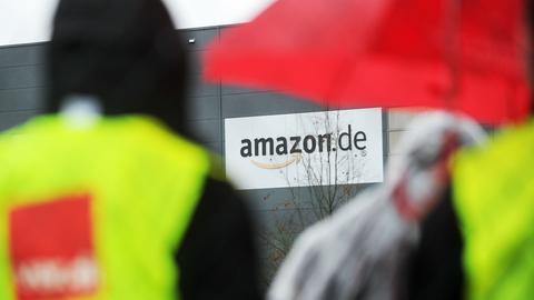 Streikende Amazon-Mitarbeiter vor dem Logistikzentrum in Bad Hersfeld.