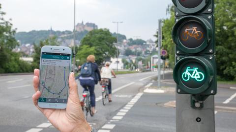 Ist die App aktiviert, schalten die Radfahrer-Ampeln in Marburg auf Grün.