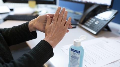 Handdesinfektion steht auf einem Schreibtisch