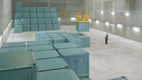 Behälter mit Atommüll in einer Lagerhalle von NCS in Hanau