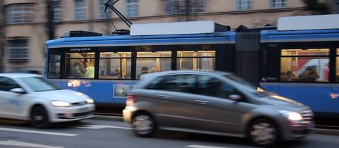 Autos neben Straßenbahn