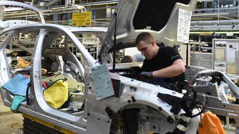 Ein Arbeiter in einem Mercedes-Werk