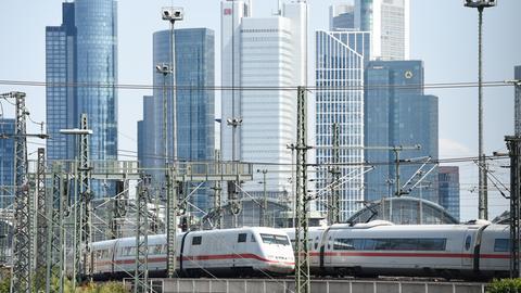 Eine Bahn vor der Frankfurter Skyline