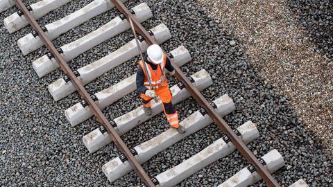 Bauarbeiter auf Bahnstrecke