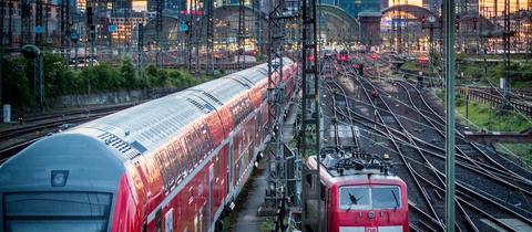 Der Hauptbahnhof Frankfurt aus der Ferne im Abendlicht.