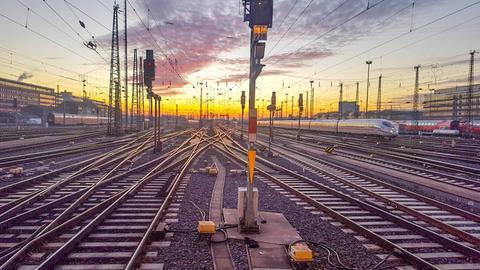 Bahn fährt in Frankfurter Bahnhof ein