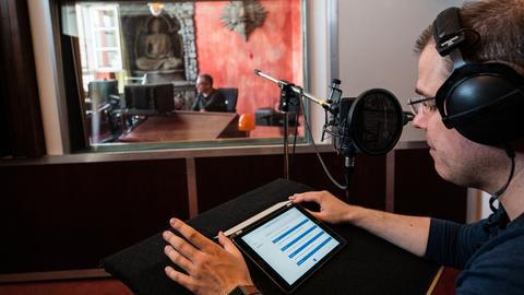 Heiko Grauel liest für die Durchsagen vom iPad ab.