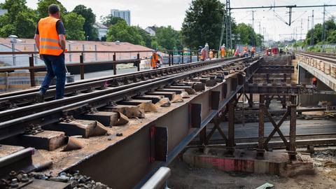 Brückenbauarbeiten in Frankfurt (Archiv)