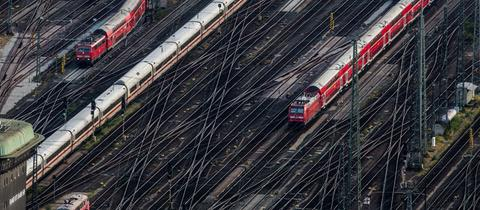 Gleise vor dem Frankfurter Hauptbahnhof.