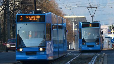 Niederflur-Straßenbahnen auf der Wilhelmshöher Allee in Kassel - im Hintergrund der Herkules