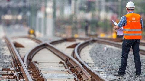 Ein Bahn-Mitarbeiter auf gesperrten Gleisen.