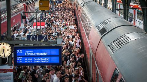 Besonders schmutzig seien die Züge oft nach Bundesliga-Spielen - hier Eintracht-Fans im September in Darmstadt vor der Rückfahrt nach Frankfurt.
