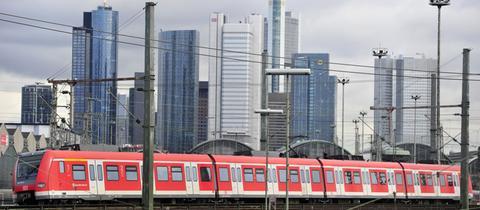 S-Bahn vor Frankfurter Skyline