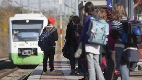 Schüler stehen an einem Bahnsteig