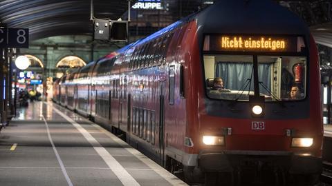 """Zug mit """"Nicht einsteigen""""-Anzeige steht im Bahnhof Frankfurt"""