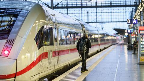Ein Reisender an einem ICE im Frankfurter Hauptbahnhof.