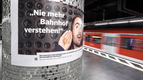 """Ein Plakat mit der Aufschrift """"Nie mehr Bahnhof verstehen"""" wirbt in Frankfurt für das neue Lautsprecher-System."""