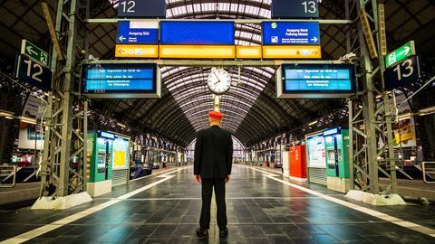 Einsamer Schaffner am gesperrten Hauptbahnhof