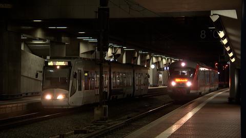 Regionalbahnen fahren im Dunkeln