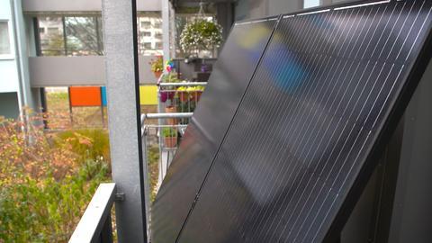 Solarmodule auf einem Balkon in Kassel