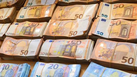Beschlagnahmte Euro-Banknoten liegen auf einem Tisch.