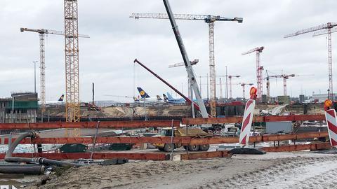 Zahlreiche Kräne stehen auf der Baustelle am Flughafen Frankfurt.