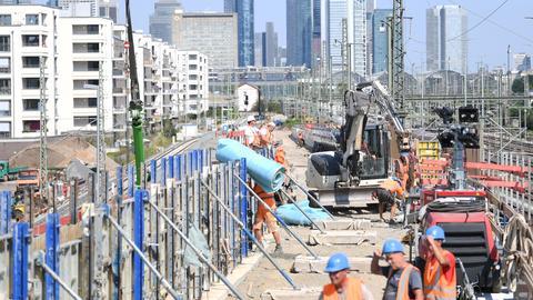 """Bauarbeiter sind im August 2019 auf der Baustelle """"Homburger Damm"""" zwischen der Nordseite des Frankfurter Hauptbahnhofs und Mainzer Landstraße beschäftigt."""