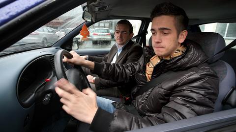 Ein 17-Jähriger in Begleitung seines Vaters am Steuer eines Autos (Archivbild).