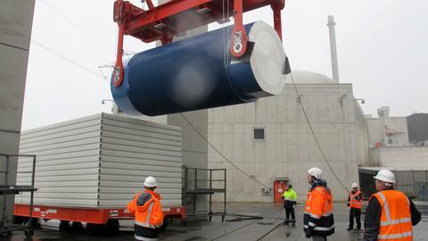 Auf dem Gelände des Atomkraftwerks Biblis wird ein Castor-Behälter abgeladen.