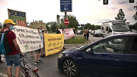 Radfahrerinnen und Radfahrer blockieren einen Zubringer zur Autobahn 7 bei Kassel