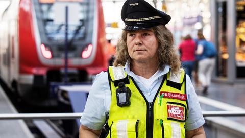 Eine Sicherheitsmitarbeiterin der Deutschen Bahn steht mit Bodycam im Frankfurter Hauptbahnhof.