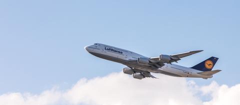 Eine Boeing 747 der Lufthansa kurz nach dem Abheben